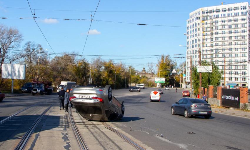 ДТП в Днепре: на Мануйловском проспекте перевернулся Lexus