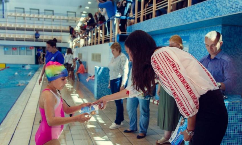В Днепре школьников массово учат плавать