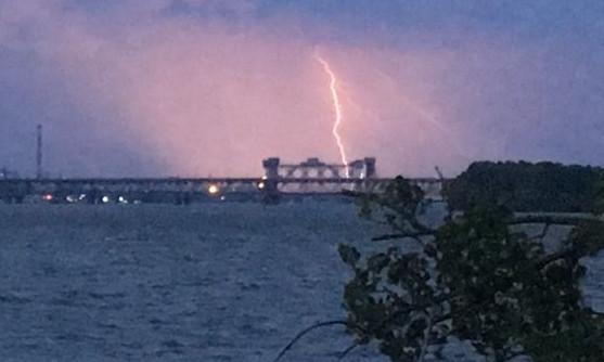 ЧП в Днепре: горожанин сфотографировал молнию, бьющую в мост