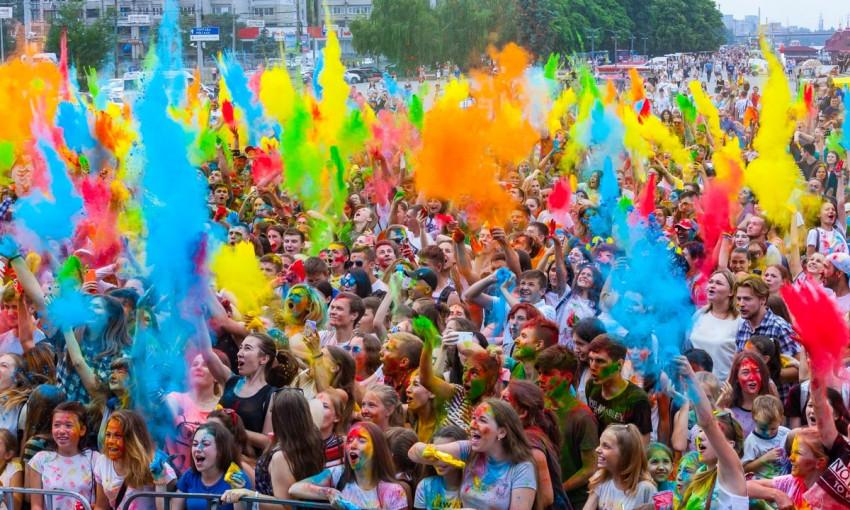 Kolir Fest в Днепре: юные днепряне обсыпались порошком